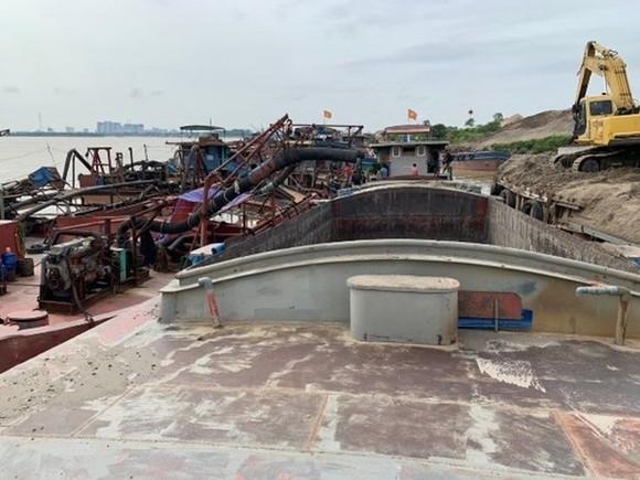 Các tàu khai thác cát trái phép trên Sông Hồng. Ảnh: TTXVN