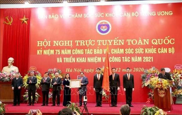 Đồng chí Phạm Minh Chính, Uỷ viên Bộ Chính trị, Bí thư Trung ương Đảng, Trưởng Ban Tổ chức Trung ương trao tặng Huân chương Độc lập hạng Nhì cho Ban Bảo vệ, chăm sóc sức khoẻ cán bộ Trung ương. Ảnh: TTXVN