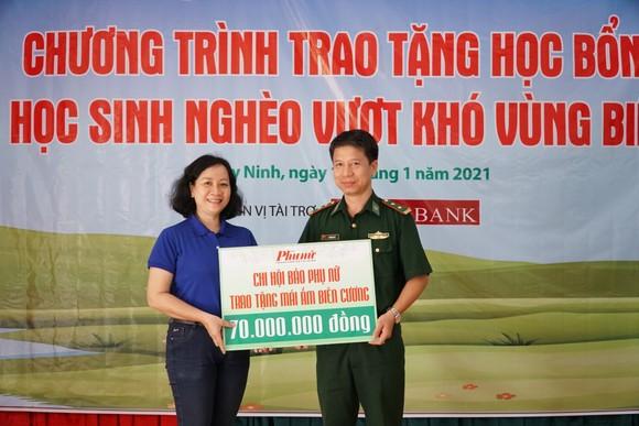 Báo Phụ nữ TPHCM trao 100 học bổng cho học sinh nghèo ở Tây Ninh ảnh 3