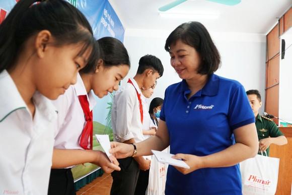 Báo Phụ nữ TPHCM trao 100 học bổng cho học sinh nghèo ở Tây Ninh ảnh 1