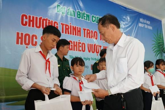 Báo Phụ nữ TPHCM trao 100 học bổng cho học sinh nghèo ở Tây Ninh ảnh 2