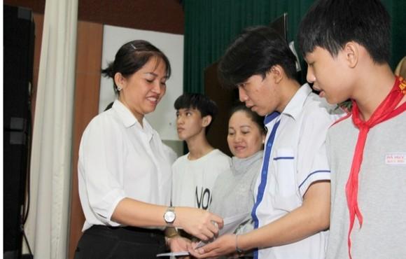 Tặng học bổng và quà tết cho học sinh, sinh viên TPHCM ảnh 2