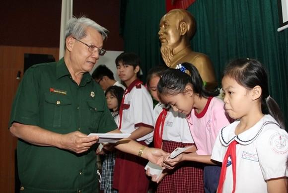 Tặng học bổng và quà tết cho học sinh, sinh viên TPHCM ảnh 1