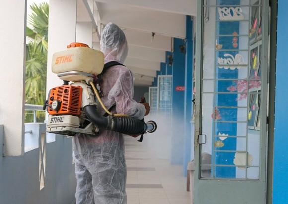 Trường THPT Nguyễn Du (quận 10)  vệ sinh, khử khuẩn toàn bộ  khuôn viên trường học từ giữa tuần qua. Ảnh: THU TÂM