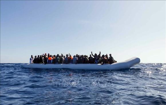 Người di cư chờ được giải cứu ngoài khơi Libya ngày 9-2-2020. Ảnh tư liệu: AFP/TTXVN