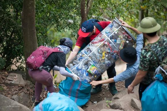 Nhóm bạn trẻ leo núi dọn rác