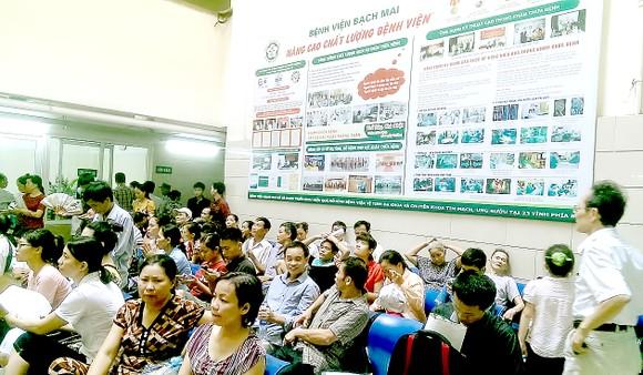 Bệnh viện Bạch Mai lý giải nguyên nhân hơn 200 người nghỉ việc, chuyển công tác ảnh 1