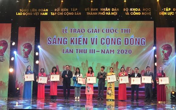 Ban Tổ chức trao tặng phần thưởng cho những sáng kiến, ý tưởng sáng tạo, góp phần giải quyết những vấn đề của cộng đồng, xã hội. Ảnh: TTXVN