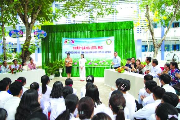 """Công ty TNHH MTV Xổ số kiến thiết Đồng Tháp trao học bổng """"Thắp sáng ước mơ"""" cho học sinh huyện Lấp Vò"""