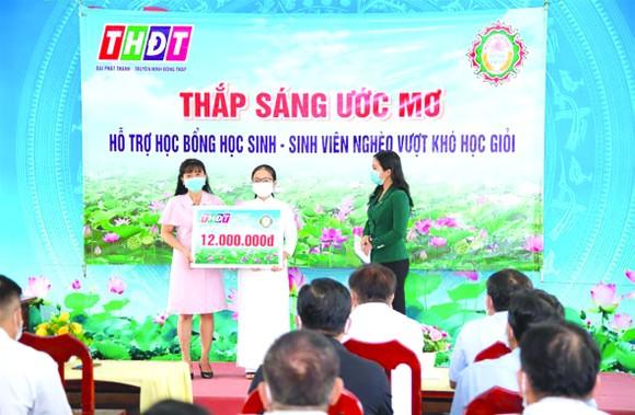 """Trao học bổng """"Thắp sáng ước mơ"""" cho em Nguyễn Ngọc Hân tại huyện Cao Lãnh"""