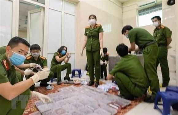 Lực lượng công an khám xét, kiểm đếm để làm rõ vụ việc. Ảnh: TTXVN