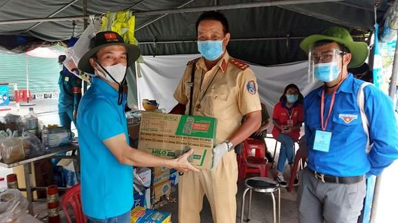 Thăm, tặng quà hỗ trợ lực lượng y, bác sĩ đang thực hiện nhiệm vụ tại Bệnh viện Bệnh lý hô hấp cấp tính Củ Chi ảnh 1