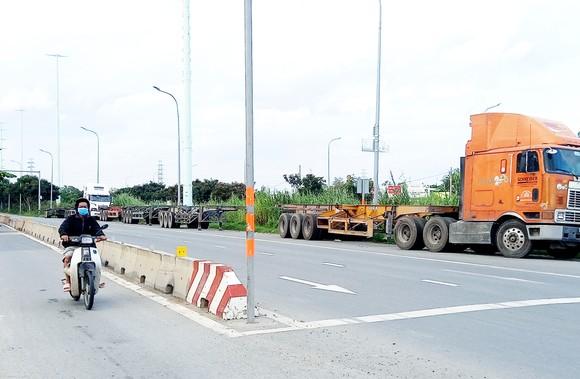 Bất an xe container đậu tràn lòng đường