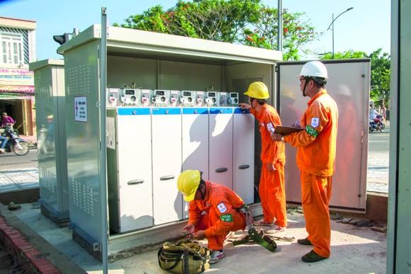 Sử dụng điện trong mùa mưa bão: Gặp sự cố điện, báo liền 19001006 hoặc 19009000 ảnh 1