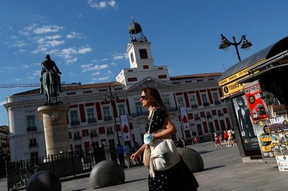 Người dân Tây Ban Nha tại Madrid. Ảnh: REUTERS