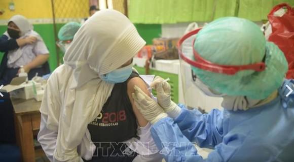 Người dân được tiêm ngừa vaccine Covid-19 tại thủ đô Jakarta, Indonesia, ngày 27-7. Ảnh: THX/TTXVN