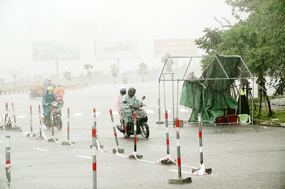 Ảnh hưởng của bão số 5: Nhiều tuyến giao thông bị chia cắt ảnh 1