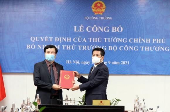 Bộ trưởng Nguyễn Hồng Diên trao quyết định và chúc mừng tân Thứ trưởng Nguyễn Sinh Nhật Tân. Ảnh: Bộ Công thương