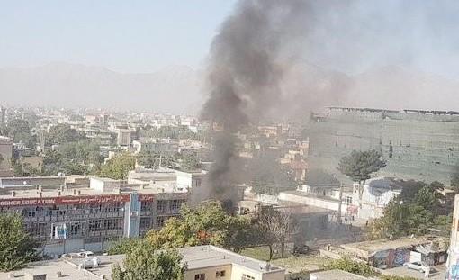 Cột khói bốc cao sau vụ đánh bom xe ở thủ đô Kabul, Afghanistan, ngày 24-7-2017. Ảnh: REUTERS