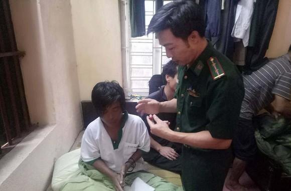 CBCS Đồn Biên phòng Đa Lộc (huyện Hậu Lộc, Thanh Hóa) đang chăm sóc sức khỏe cho 2 nạn nhân gặp nạn. (Ảnh: Đồn Biên phòng Đa Lộc) cung cấp
