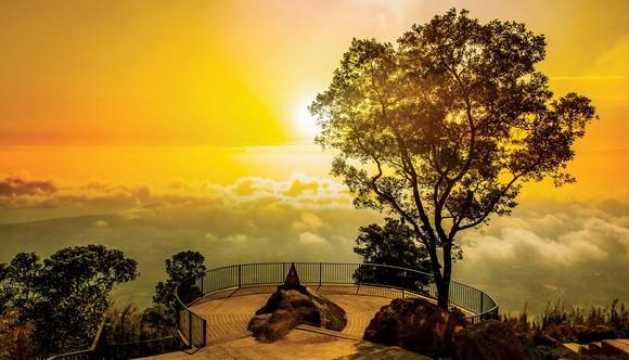 Một điểm du lịch ngắm hoàng hôn trên núi Bà Đen, Tây Ninh.