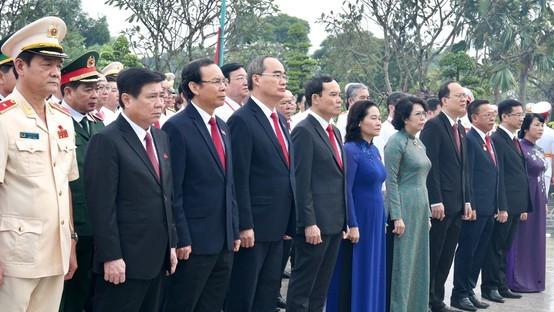 Đoàn đại biểu dự Đại hội đại biểu Đảng bộ TPHCM lần thứ XI dâng hương các Anh hùng Liệt sĩ, tưởng nhớ Chủ tịch Hồ Chí Minh. Ảnh: HOÀNG HÙNG