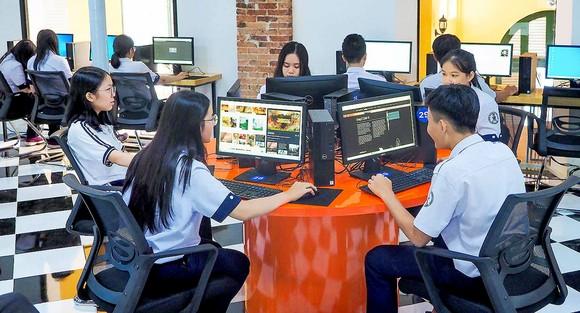 Học sinh Trường Trần Đại Nghĩa (TPHCM) đang khai thác thông tin internet và kho tài liệu của trường  hỗ trợ việc học tập. Ảnh: HOÀNG HÙNG