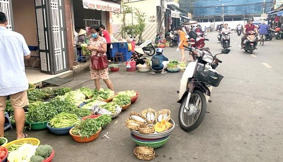 Chợ tự phát xung quanh chợ Nguyễn Tri Phương, phường 6, quận 10, TPHCM.  Ảnh: Quý Ngọc