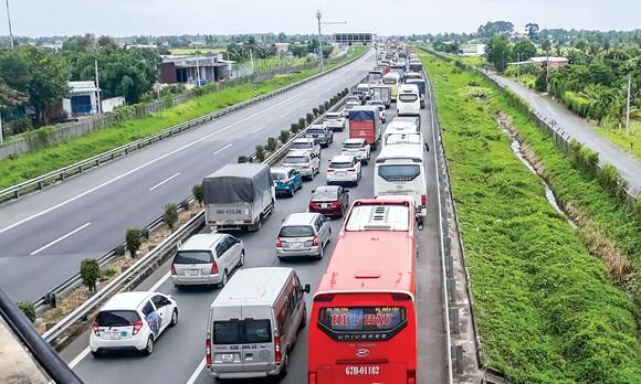 TPHCM kết nối ĐBSCL chỉ mỗi cao tốc TPHCM-Trung Lương dài 40km nhưng đã xuống cấp nghiêm trọng vì không  có đơn vị quản lý.