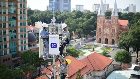 Lắp đặt trạm phát sóng 5G của MobiFone tại TPHCM.