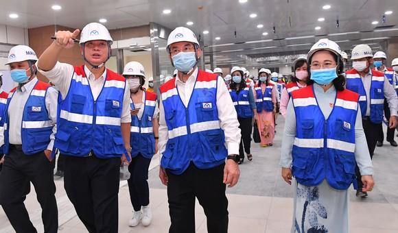 Bí thư Thành ủy TPHCM Nguyễn Văn Nên, Chủ tịch HĐND TPHCM Nguyễn Thị Lệ  cùng các đại biểu HĐND TPHCM tham quan công trình tuyến metro số 1. Ảnh: VIỆT DŨNG