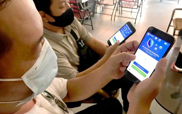 Sử dụng điện thoại di động thông minh ngày càng phổ biến Ảnh: HOÀNG HÙNG