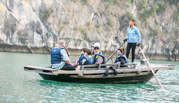 Các doanh nghiệp du lịch tập trung khai thác nguồn khách trong nước. Ảnh: THU HÀ