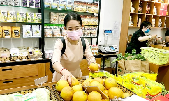 Khách hàng chọn mua sản phẩm organic  tại một cửa hàng ở TPHCM. Ảnh: THANH HẢI