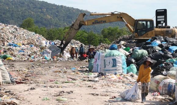 Rác chưa được xử lý chất đống tại bãi rác tạm ở ấp Ong Lang (xã Cửa Dương, TP Phú Quốc)