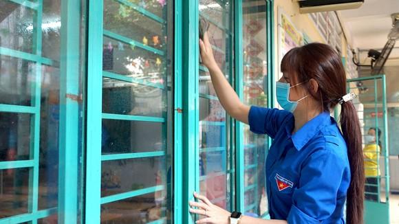 Giáo viên, nhân viên Trường Tiểu học Trần Quang Khải (quận Gò Vấp) vệ sinh lớp học, chuẩn bị đón học sinh trở lại