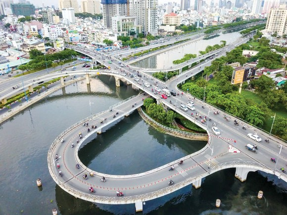 Cầu Nguyễn Văn Cừ bắc qua kênh Tàu Hủ. Ảnh: HOÀNG HÙNG