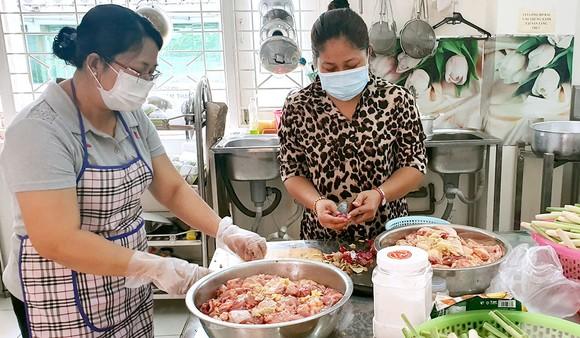Các chị ở Gò Vấp nấu cơm hỗ trợ lực lượng làm nhiệm vụ ở trạm kiểm soát  và người dân trong khu cách ly  Ảnh: NGUYỄN THỊ LAN