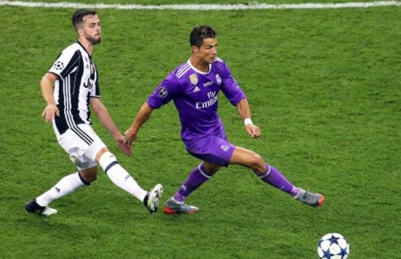 Từ chối Chelsea, Pjanic hy vọng thắng Champions League cùng Ronaldo  ảnh 1