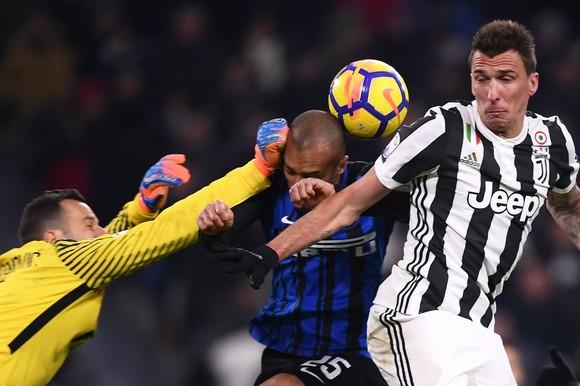 Thủ thành Samir Handanovic (Inter) và Mario Mandzukic (phải, Juventus)