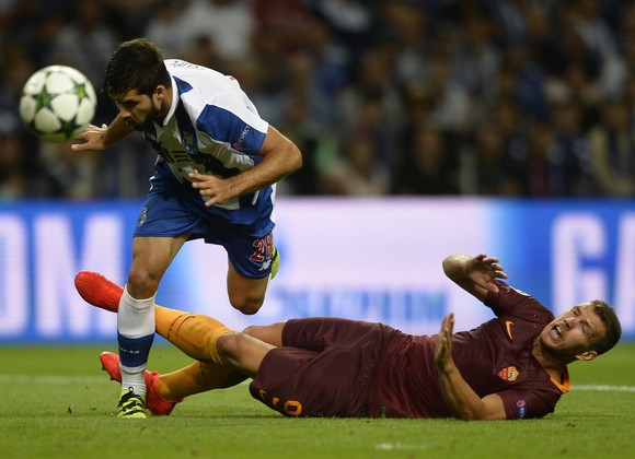 Hậu vệ Felipe (trái, Porto) phạm lỗi với tiền đạo Edin Dzeko (Roma)