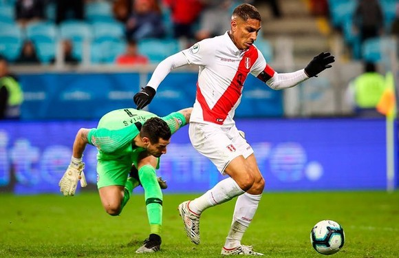 Paolo Guerrero rê bóng qua thủ thành Arias