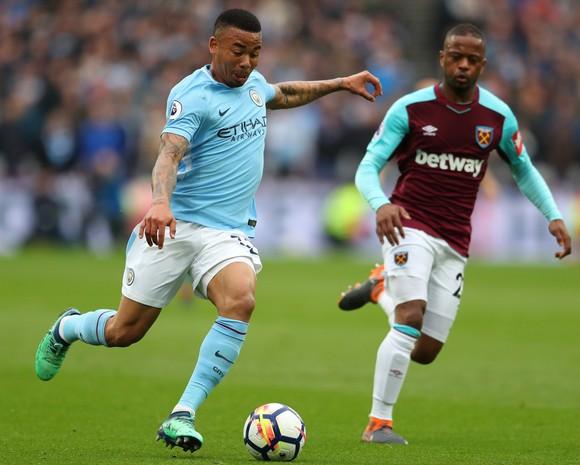 Gabriel Jesus sút bóng trước Patrice Evra (West Ham)