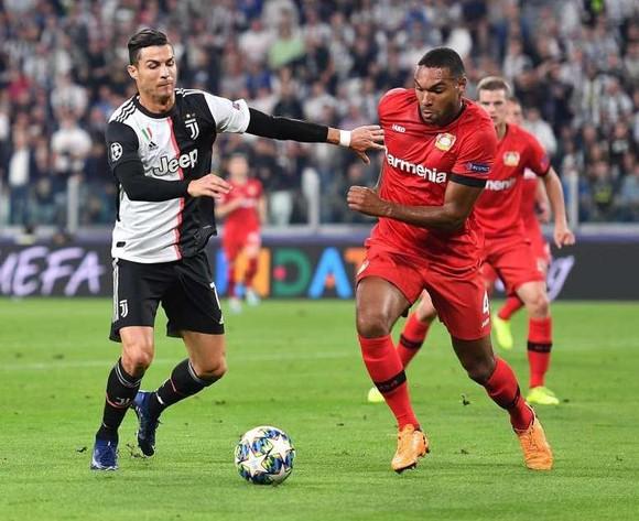 Ronaldo đi bóng qua hậu vệ Leverkusen