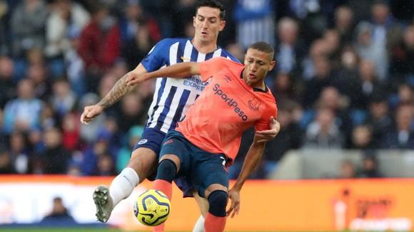Richarlison kiểm soát bóng trước hậu vệ Brighton