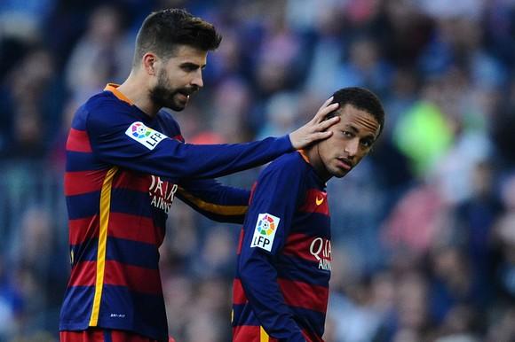 Gerard Pique và Neymar trong màu áo Barca.