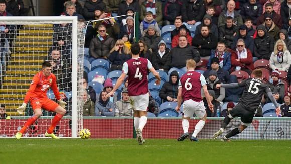 Burnley - Leicester City 2-1: Jamie Vardy sút hỏng phạt đền, Bầy cáo thua ngược ảnh 4