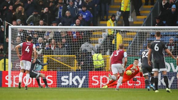 Burnley - Leicester City 2-1: Jamie Vardy sút hỏng phạt đền, Bầy cáo thua ngược ảnh 9