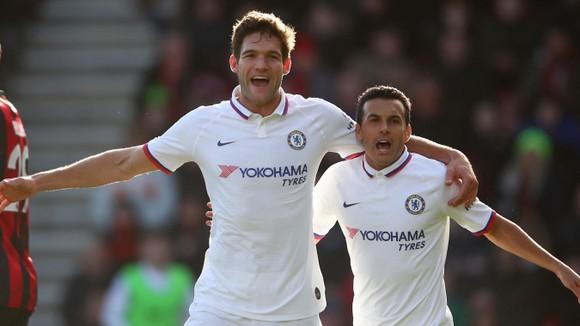 Marcos Alonso và Pedro mừng bàn thắng