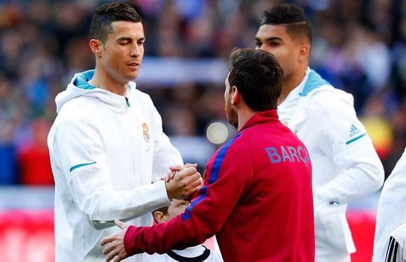 Cristiano Ronaldo và Lionel Messi trong cuộc đối đầu trên sân